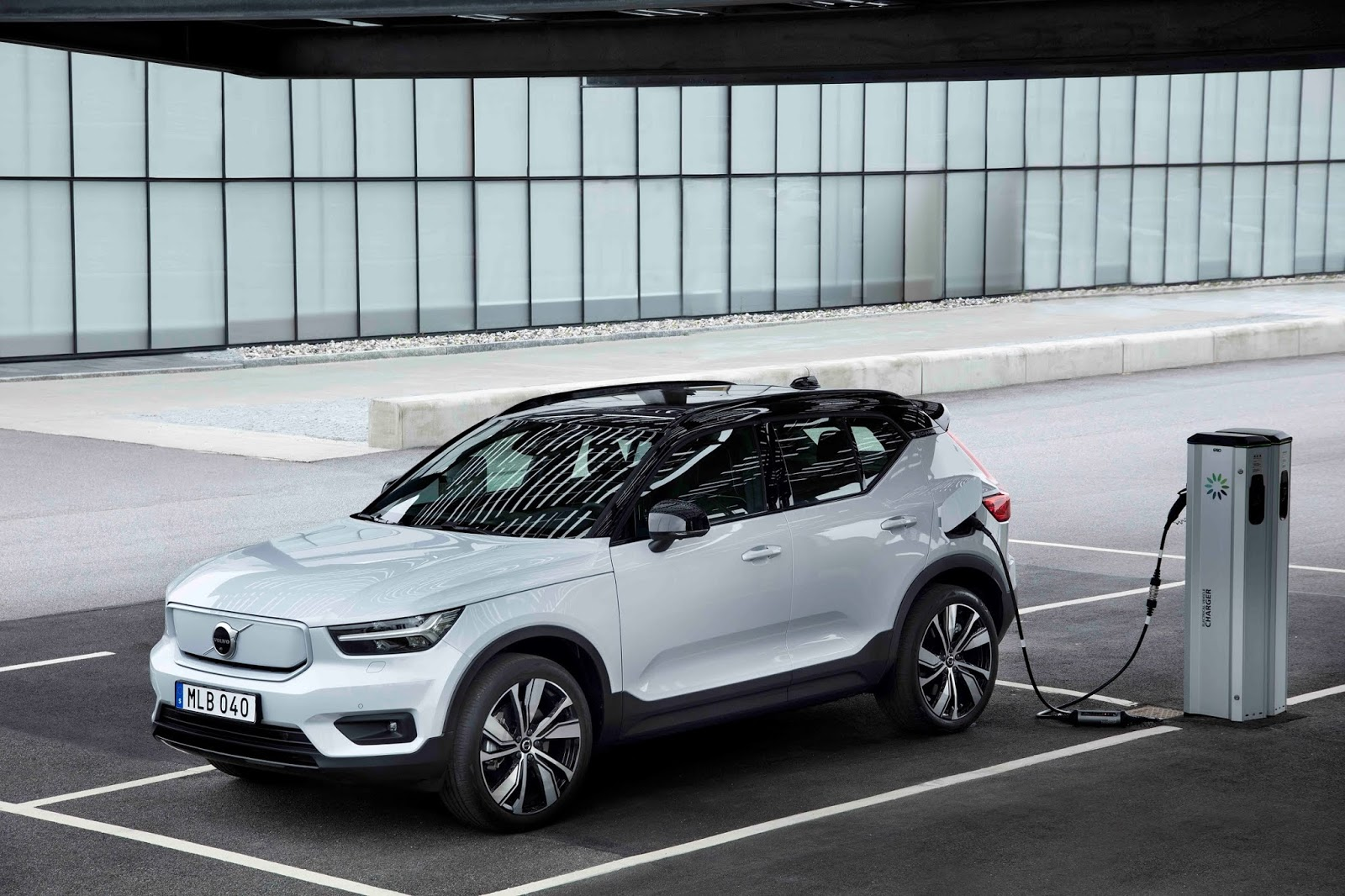 271709 Volvo XC40 Recharge P8 AWD in Glacier Silver Με 408 ίππους το Volvo XC40 Recharge