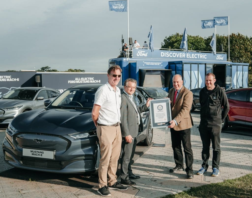 Fords Tim Nicklin receives record certificate from left to right Mustang Mach E drivers Fergal McGrath Paul Clifton and Kevin Booker 1 H Ford Mustang Mach-E μόλις έσπασε ρεκόρ Γκίνες στην κατανάλωση